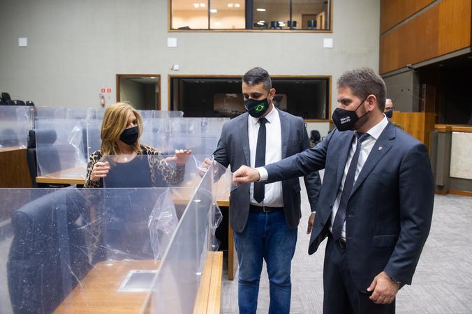 Presidente Márcio Bins Ely faz vistoria durante instalação de placas divisórias no plenário Otávio Rocha, com os vereadores Monica Leal e Alexandre Bobadra. Sessões podem voltar a ser no local em 3 de maio.