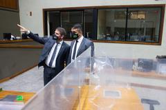 Presidente Márcio Bins Ely faz vistoria durante instalação de placas divisórias no plenário Otávio Rocha. Sessões podem voltar a ser no local em 3 de maio.