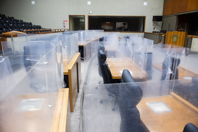 Placas divisórias de acrílico sendo instaladas no Plenário Otávio Rocha.