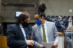 Sessão ordinária híbrida no plenário Otávio Rocha. Vereadores Aldacir Oliboni e Matheus Gomes.