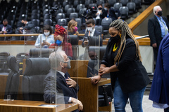 Sessão ordinária híbrida no plenário Otávio Rocha. Vereador Idenir Cecchim e vereadora Bruna Rodrigues