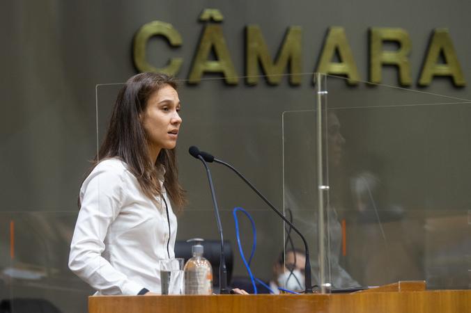 Vereadora Mari Pimentel na tribuna.