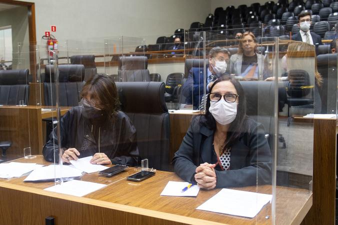 Sessão Ordinária - Sessão ordinária híbrida no plenário Otávio Rocha. Na foto, vereadoras Claudia Araújo e Comandante Nádia