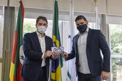 Presidente Márcio Bins Ely recebe o presidente do Conselho Regional de Profissionais de Relações Públicas, Luiz Fernando Muñoz.