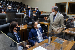 Moção foi proposta por Oliboni (sentado à esq.)