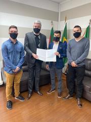 Ramiro foi recebido em Estância Velha pelo prefeito Diego Francisco (à sua dir.), pelo pres. da Câmara, João Gabriel Dilkin (à esq.), e o vereador Douglas Bittencourt