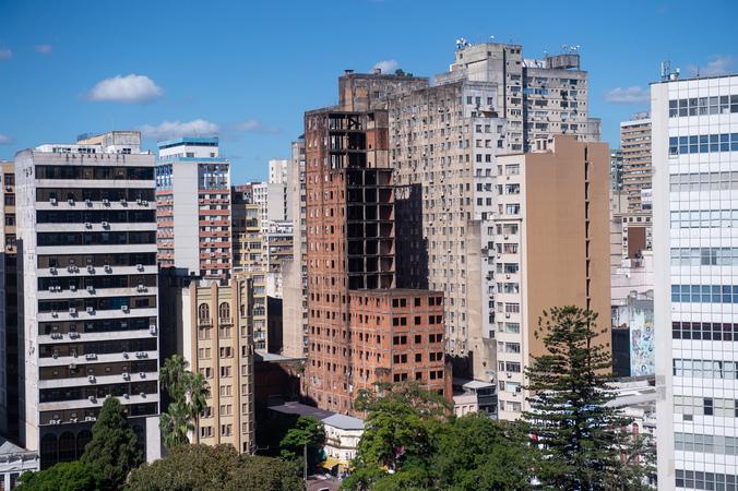 Prédio conhecido como Esqueletão no centro de Porto Alegre. Cidade. Urbano. IPTU.