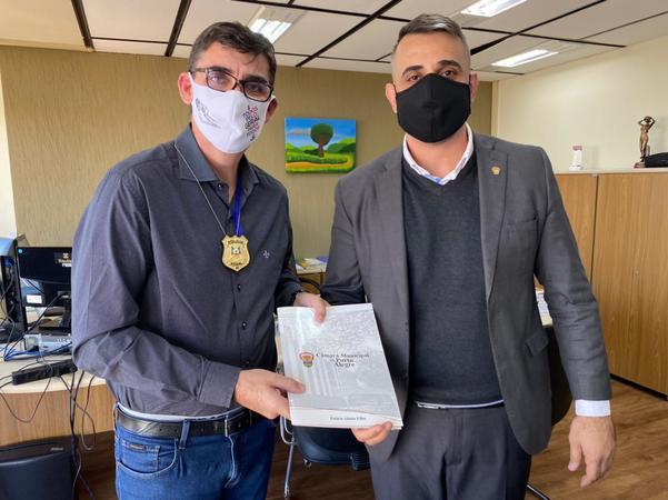 Na ocasião, Bobadra presenteou Hauschild com o distintivo da Polícia Penal