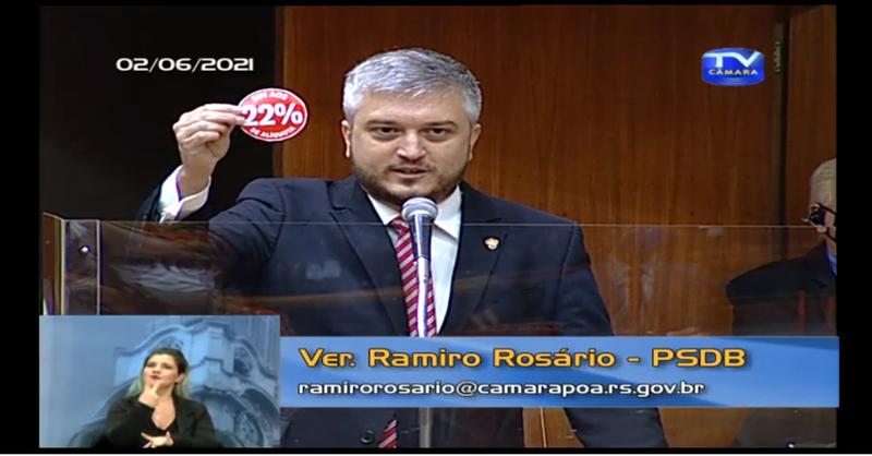 """Ramiro Rosário: """"Esse é o adesivo da esquerda de Porto Alegre, pois quando mobilizam forças contra a reforma da previdência, vocês estão defendendo os 22% de alíquota. Usem com orgulho porque é isso que vocês defendem"""""""