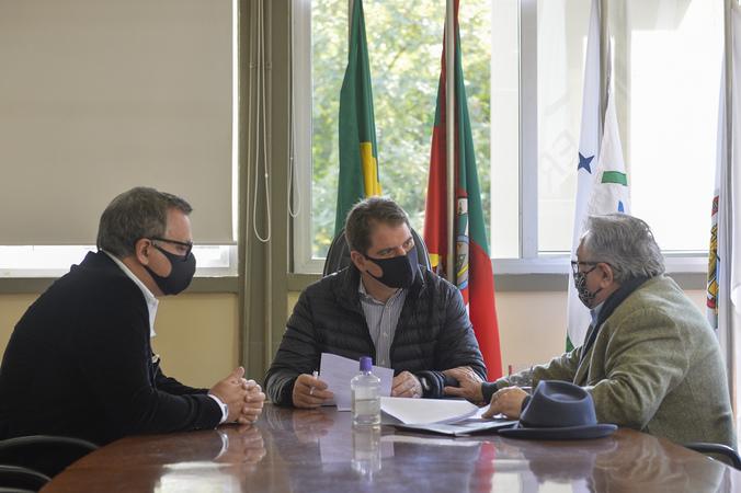 Presidente Marcio Bins Ely recebe o presidente do grupo Imobi, Ricardo SIlveira e senhor Adeli Sell.