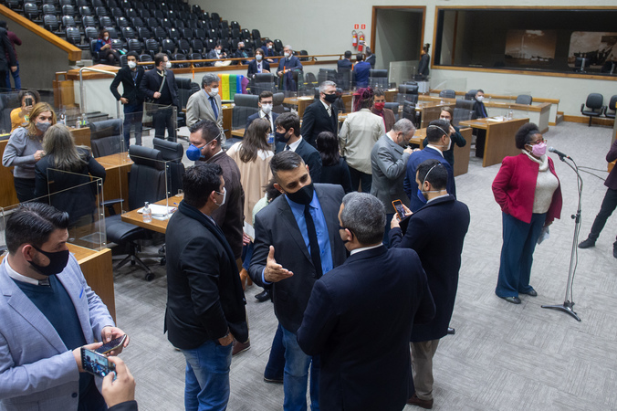 Sessão Ordinária - Movimentação de plenário. Vereadores após votação da reforma da previdência. (Foto: Ederson Nunes/CMPA)
