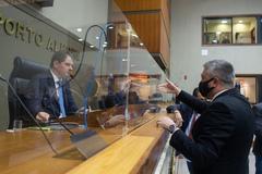 Movimentação de plenário. Vereadores após votação da reforma da previdência. Vereador Ramiro Rosário e presidente Márcio Bins Ely.