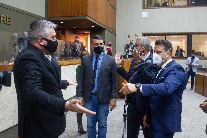 Sessão Ordinária - Movimentação de plenário. Vereadores após votação da reforma da previdência. Vereadores Ramiro Rosário (esq.) e Leonel Radde (ao microfone) (Foto: Ederson Nunes/CMPA)