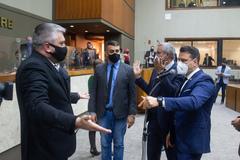 Movimentação de plenário. Vereadores após votação da reforma da previdência. Vereadores Ramiro Rosário (esq.) e Leonel Radde (ao microfone)