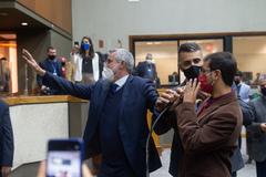 Movimentação de plenário. Vereadores após votação da reforma da previdência. Vereadores Mauro Pinheiro, Alexandre Bobadra, Jonas Reis (ao microfone)