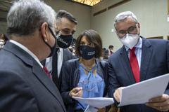 Movimentação de plenário. Vereadores da esc. Idenir Cecchim, Alexandre Bobadra, Comandante Nádia e Mauro Pinheiro discutem sobre projeto.