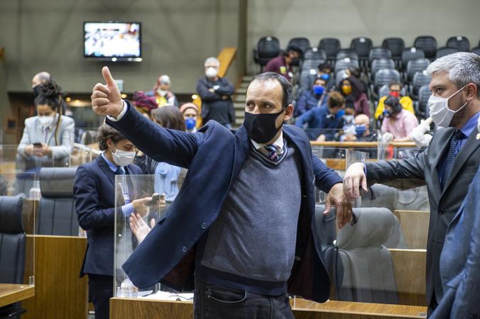 Sessão Ordinária - Sessão Híbrida. Movimentação de plenário. Na foto, vereador Moises Barboza em votação. (Foto: Jeannifer Machado/CMPA)