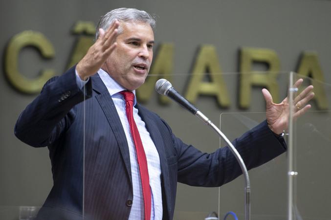 Sessão Ordinária - Sessão Híbrida. Movimentação de plenário. Na foto, vereador Mauro Pinheiro. (Foto: Jeannifer Machado/CMPA)