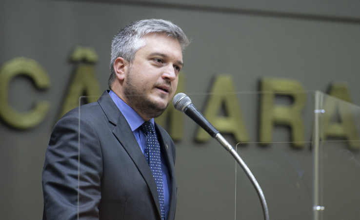 Sessão Ordinária - Sessão Híbrida. Movimentação de plenário. Na foto, vereador Ramiro Rosário. (Foto: Jeannifer Machado/CMPA)