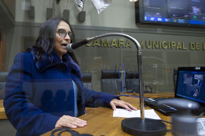 Sessão híbrida. Movimentações de plenário. Na tribuna vereadora Claudia Araujo.