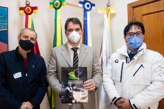 Presidente Márcio Bins Ely recebe Mestre Camacho, da Confederação Brasileira de Muaythai Tradicional, e Plínio  Ricardo.