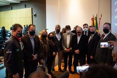 Presidente Márcio Bins Ely participa da apresentação da nova administração tributária, na AIAMU. Na foto, com vereadores, prefeito e o presidente da Aiamu.