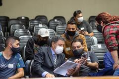 Movimentação de plenário. Vereador Cassiá Carpes, presidente da Cuthab, com motoristas de aplicativos de transporte (Uber).