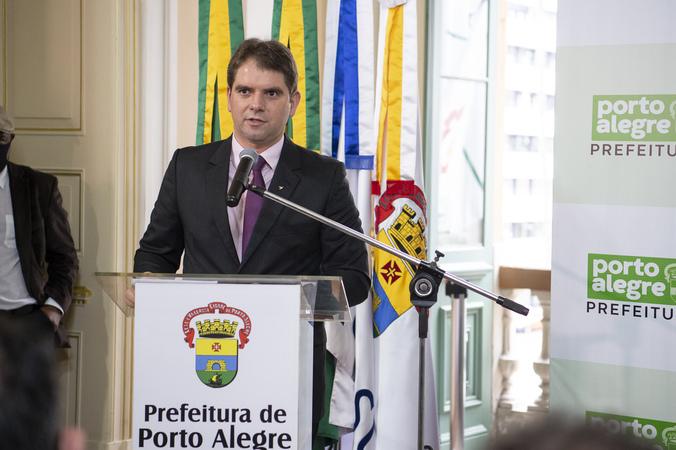 Presidente em exercício Idenir Cecchim comparece à posse do presidente Márcio Bins Ely como prefeito.