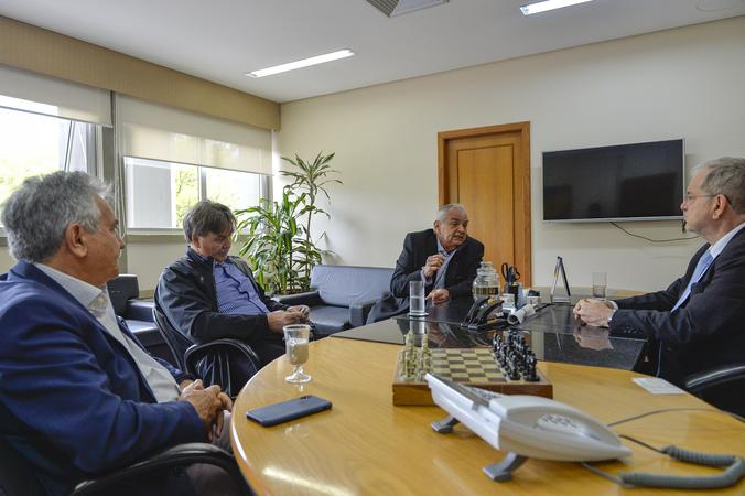 Presidente em exercício Idenir Cecchim recebe os médicos Clodoaldo Pinilla e Ricardo Willhelm e senhor Nelcir Tessaro.