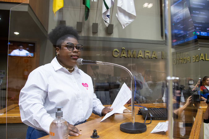 Período de Comunicações em Homenagem ao Trans ENEM.  Na foto, vereadora Laura Sito, proponente.