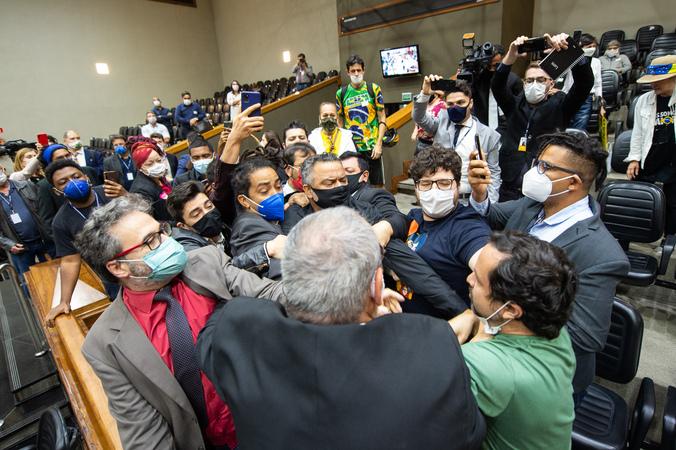 """Sessão ordinária - Movimentação de plenário. Na foto, desentendimento entre manifestantes contrários a """"passaporte vacinal"""" e vereadores. (Foto: Elson Sempé Pedroso/CMPA)"""