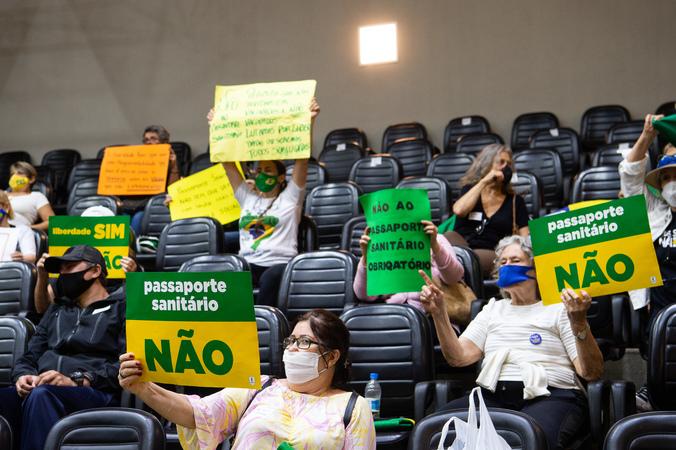 """Sessão ordinária - Movimentação de plenário. Na foto, manifestantes contrários a """"passaporte vacinal"""" e vereadores. (Foto: Ederson Nunes/CMPA)"""