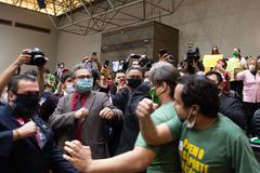 """Movimentação de plenário. Na foto, desentendimento entre manifestantes contrários a """"passaporte vacinal"""" e vereadores."""