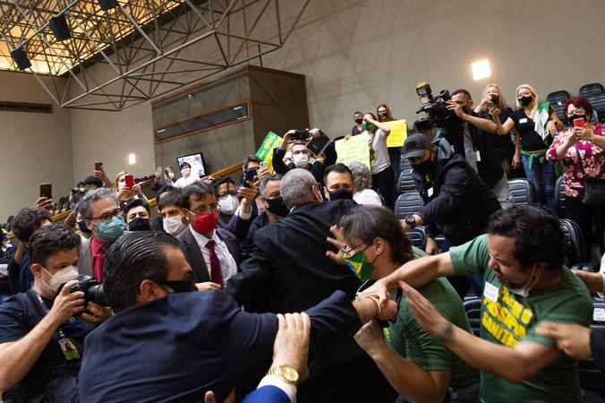 """Sessão ordinária - Movimentação de plenário. Na foto, desentendimento entre manifestantes contrários a """"passaporte vacinal"""" e vereadores. (Foto: Ederson Nunes/CMPA)"""