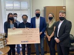 Ramiro Rosário entregou cheque simbolizando os recursos de duas emendas para equipar a CGM. Foto: OAJ