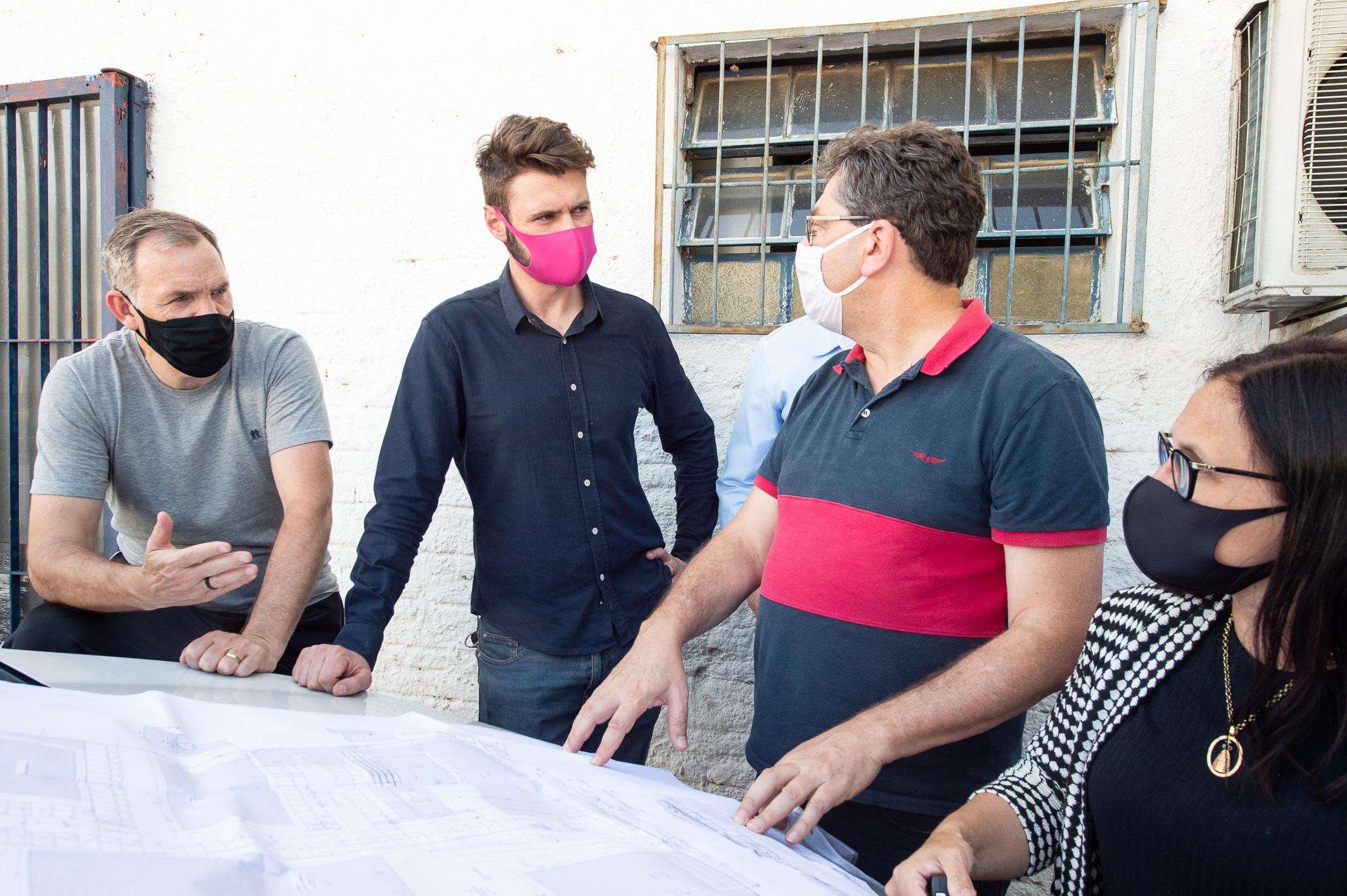 Representantes do Executivo mostraram projeto arquitetônico a Jessé Sangalli (c) e Cláudia Araújo