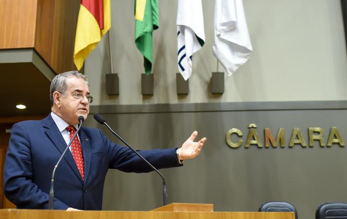 Movimentação de plenário. Na foto: Vereador Idenir Cecchim na tribuna do plenário.