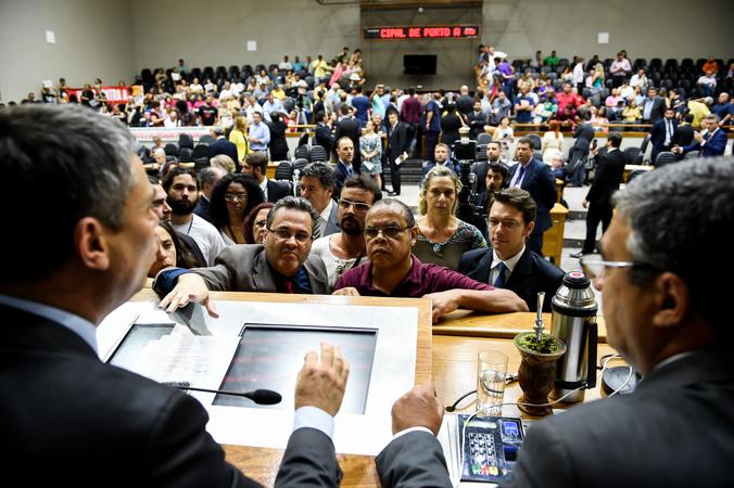 Sessão para apreciação do projeto de lei complementar do Executivo que cria e funde secretarias municipais. na foto: Vereador Fernanda Melchiona