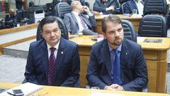 Vereadores Professor Wambert (PROS) e Márcio Bins Ely (PDT) esperam votação das chapas para a Escola Legislativa.