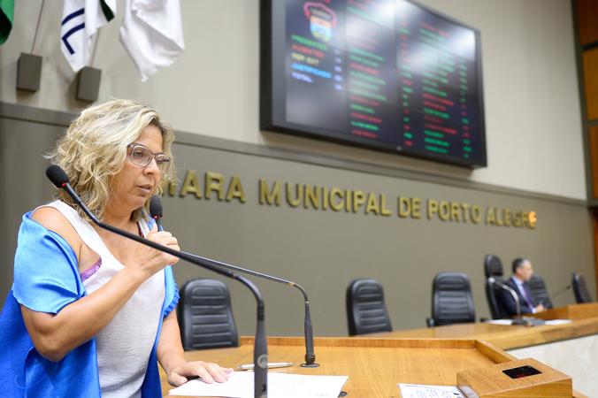 """Tribuna Popular com tema """"Apresentação do Movimento Viva Gasômetro aos novos vereadores"""". Na foto: Senhora Jacqueline Sanchotene."""