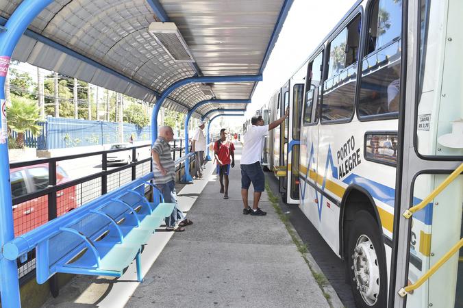 Bancos em paradas de ônibus.