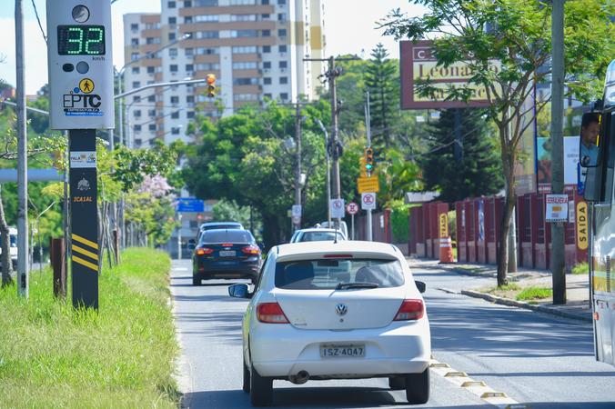 Lombadas eletrônicas espalhadas pelas ruas de Porto Alegre.