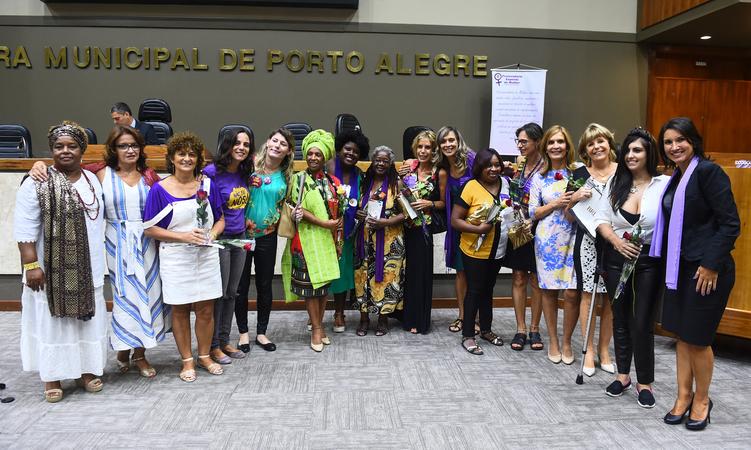 Dia Internacional da Mulher, uma história de lutas. Na foto, vereadoras e homenageadas do dia.