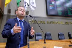 Vereador André Carús na tribuna.