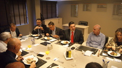 Professor Wambert acompanha Secretário do Desenvolvimento Ricardo Gomes no almoço da Câmara de Dirigentes Lojistas.