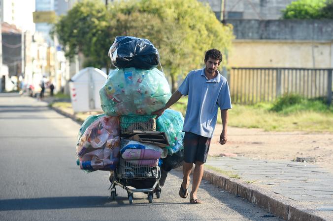 Carrinheiros pelas ruas de Porto Alegre (carrinho de supermercado). Em destaque Av. Voluntários da Pátria.  Trânsito da cidade. Reciclagem de lixo