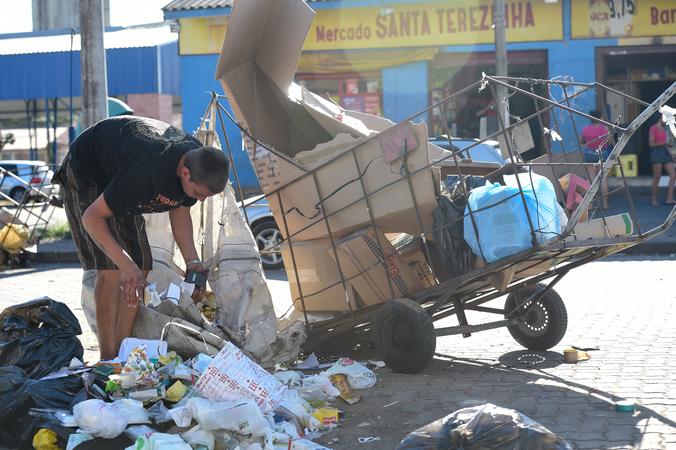 Carrinheiros pelas ruas de Porto Alegre. Em destaque Av. Voluntários da Pátria.  Trânsito da cidade. Reciclagem de lixo