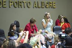Conferência Mulheres na Democracia com palestra da ex-presidente Dilma Rousseff, organizado pelo gabinete ver. Sofia Cavedon. Na foto: ex-presidente Dilma Rousseff (de vermelho) e vereadora Sofia Cavedon (ao microfone)