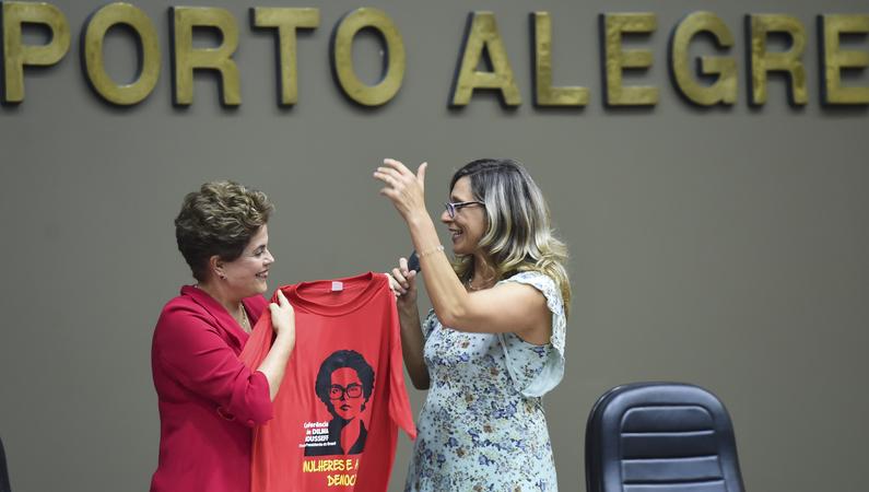 Conferência Mulheres na Democracia com palestra da ex-presidente Dilma Rousseff, organizado pelo gabinete ver. Sofia Cavedon. Na foto: ex-presidente Dilma Rousseff e vereadora Sofia Cavedon (d) (Foto: Leonardo Contursi/CMPA)