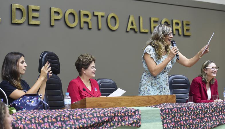 Conferência Mulheres na Democracia com palestra da ex-presidente Dilma Rousseff, organizado pelo gabinete ver. Sofia Cavedon. Na foto: ex-presidente Dilma Rousseff (de vermelho) e vereadora Sofia Cavedon (ao microfone) (Foto: Leonardo Contursi/CMPA)